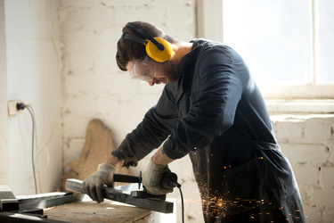 Tradies in noisy workplaces urged to protect their hearing